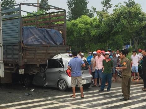 Tông đuôi xe tải thắng gấp, tài xế xe du lịch chết kẹt trong cabin