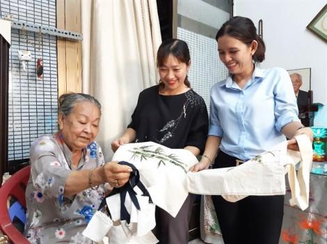 Bà giáo 83 tuổi  và những chiếc túi vải