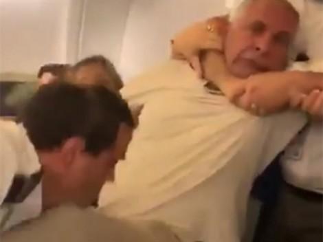 Video người đàn ông bị lôi ra khỏi chỗ trên máy bay gây sốc mạng