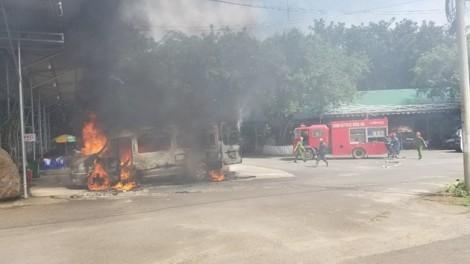 Xe khách 16 chỗ bất ngờ bốc cháy tại trạm dừng chân ở Đồng Nai