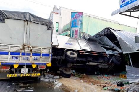 Bị xe tải húc đuôi, xe chở nước đá tông sập quán cà phê