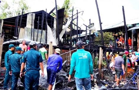Nhà cháy rụi, 5 hộ nghèo vùng biên giới lâm cảnh màn trời chiếu đất