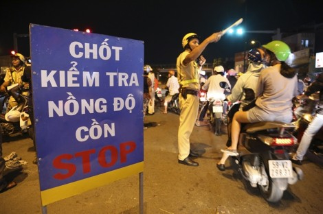 Dân nhậu 'bắt bẻ' CSGT không đeo camera trước ngực khi tác nghiệp
