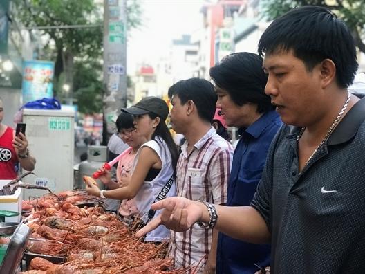 Trung Quoc ngung mua, tom hum ve Sai Gon chua day 1 trieu dong/kg