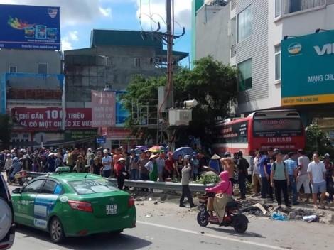 Xe khách lao thẳng lên vỉa hè, đâm hàng loạt xe máy khiến 5 người bị thương nặng