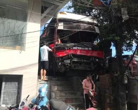 Vụ xe khách đâm hàng loạt xe máy: 2 trong số 5 nạn nhân đã tử vong