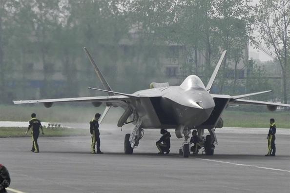 Trung Quoc dung chien dau co tang hinh J-20 de 'nhom ngo' Dai Loan
