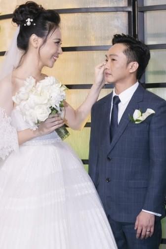 Cô dâu Đàm Thu Trang lộng lẫy trong ngày cưới, thân mật với con riêng Cường đô la
