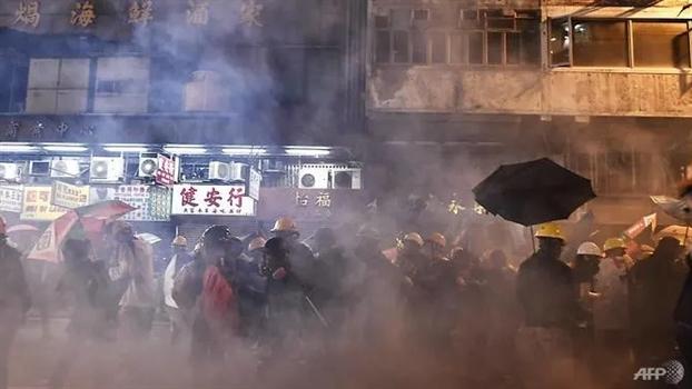 Trung Quoc len an nhung cuoc doi dau giua nguoi bieu tinh va canh sat Hong Kong