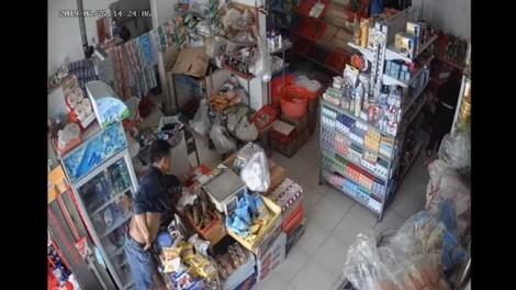 Clip: Gã đàn ông trộm đồ trong tiệm tạp hóa ở chung cư Ehome 3 'nhanh như chớp'
