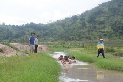 Ngăn suối dạy bơi cho trẻ dưới chân núi Chư Đăng Ya