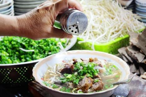 Quán cháo lòng hơn nửa thế kỷ trên đường Nguyễn Huy Tự, giá mắc vẫn đông khách