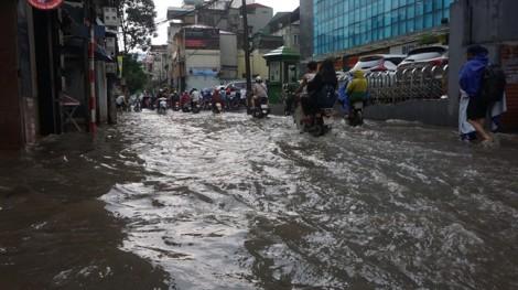Phố Hà Nội bỗng thành sông sau cơn mưa chiều 30/7