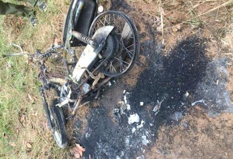 Người đàn ông lõa thể chết trên đồi keo cạnh chiếc xe cháy