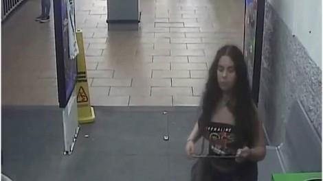 Người phụ nữ đi tiểu lên khoai tây bày bán ở Walmart ra đầu thú cảnh sát