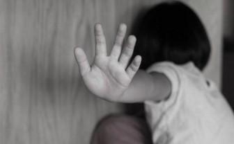 Sang nhà hàng xóm chơi, bé gái 7 tuổi bị ông nội của bạn dâm ô
