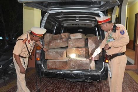 Cuộc truy đuổi 'ngoạn mục' của CSGT khi phát hiện xe chở gỗ lậu