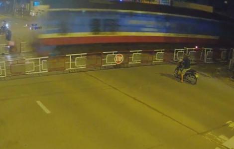 Clip: Điều khiển xe máy tông thẳng dàn chắn tàu hỏa, thanh niên tử vong tại chỗ