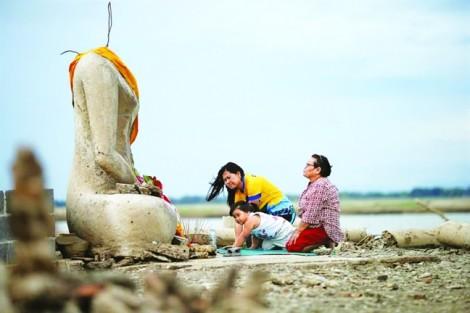 Hạn hán ở Thái Lan làm phát lộ ngôi đền chìm giữa đập nước