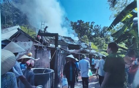 Nhà nhốt gia súc 4  lần bốc cháy, xóm trưởng phải cầu cứu công an