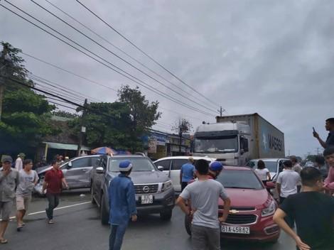 Xe container lùa 5 ô tô con trên Quốc lộ 13, nhiều người bị thương