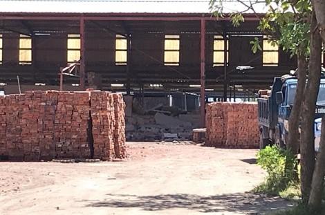Sập tường nhà máy gạch, 4 phạm nhân bị thương