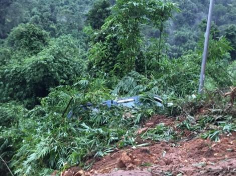Đèo Bảo Lộc sạt lở nặng sau mưa lớn, giao thông ùn tắc nghiêm trọng