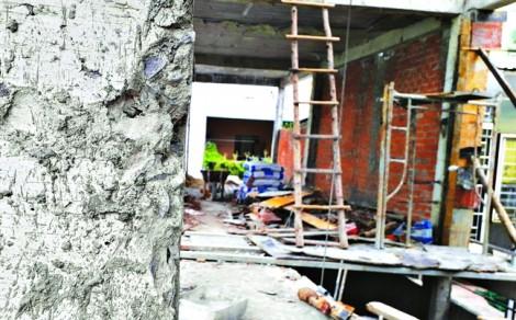 Chủ công trình sửng sốt vì bê tông phủi nhẹ cũng bong