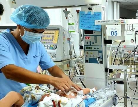Hít phân su từ trong bụng mẹ, bé trai 1 ngày tuổi rơi vào hôn mê