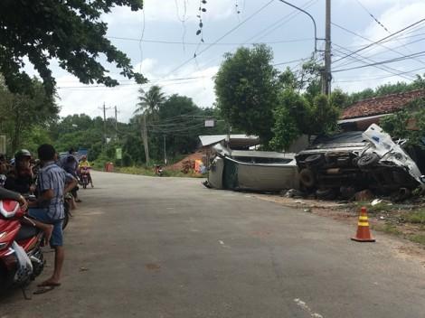 Xe 7 chỗ tông đầu xe tải, 5 người mắc kẹt gào thét trong xe