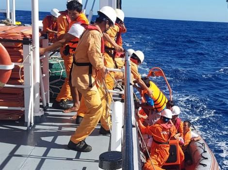 Tàu cá chìm ở vùng biển Hoàng Sa, 6 thuyền viên phải bơi thúng chai thoát nạn
