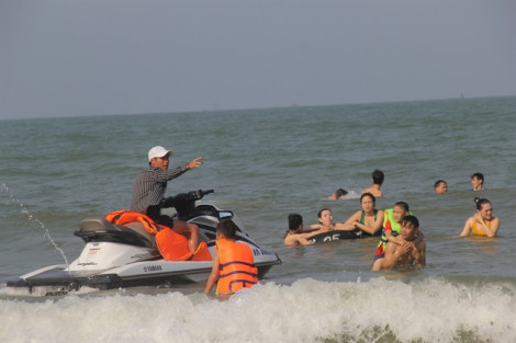 Bơi ra vớt quả bóng cho con trai, cha bị sóng biển cuốn mất tích
