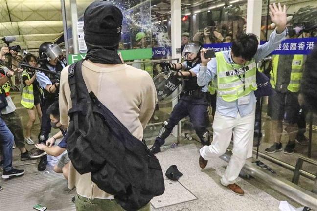 Hong Kong hon loan khi canh sat dung do nguoi bieu tinh o san bay