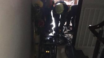 Cảnh sát phá cửa thang máy cứu bé 8 tháng tuổi cùng bà mắc kẹt