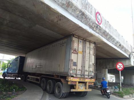 Cố đi vào đường cấm, xe container mắc kẹt ngay hầm cầu vượt An Sương