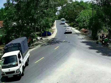 Tài xế xe tải trộm 100 bó củi bị bắt quả tang nhờ camera an ninh