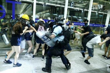 Các chuyến bay được nối lại sau cuộc đụng độ dữ dội giữa người biểu tình và cảnh sát Hồng Kông