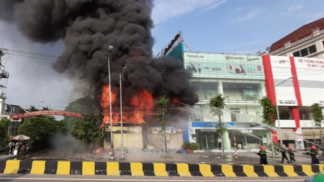 Cháy lớn tại siêu thị 90K ở Bắc Giang