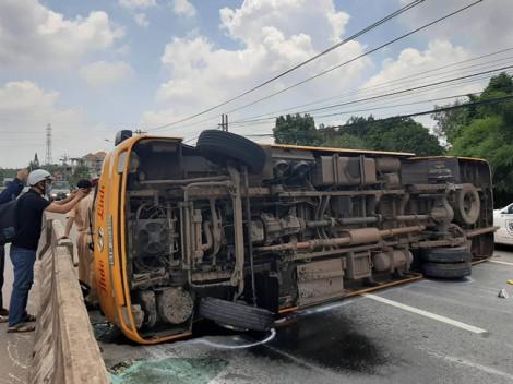 Xe khách bị rơi hai bánh khi đang lưu thông khiến 10 người bị thương