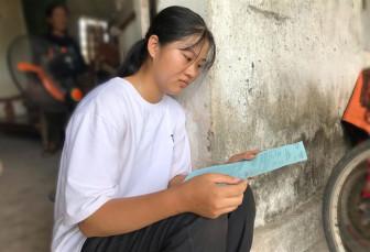 Ngậm ngùi với ý định đóng khung giấy báo trúng tuyển của cô học trò nghèo