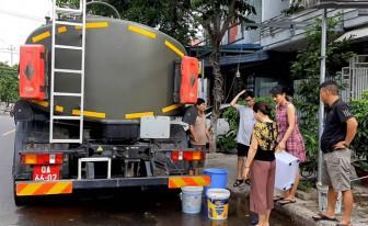 Đà Nẵng huy động xe quân đội tiếp nước cho người dân