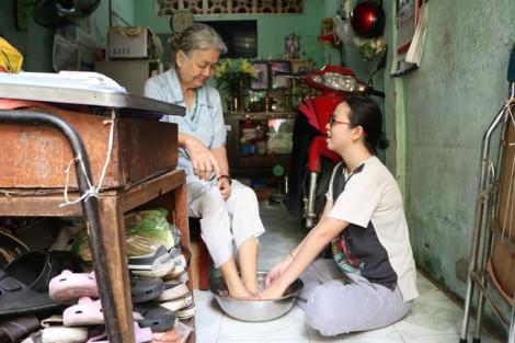 Cô bé phụ bán cơm nuôi ước mơ thành cô giáo