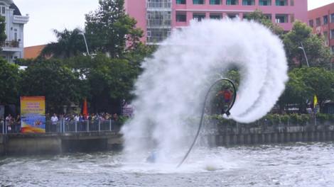 Người dân TP.HCM mãn nhãn với các màn trình diễn và đua thuyền trên kênh Nhiêu Lộc – Thị Nghè