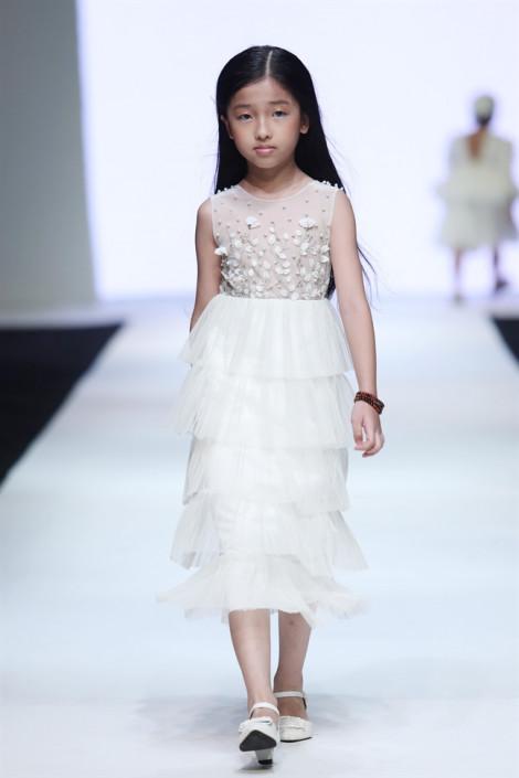Gợi ý trang phục sành điệu và thanh lịch cho bé xuống phố từ Tuần lễ thời trang trẻ em Việt Nam