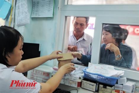 Cô dược sĩ nói gì khiến hàng trăm bệnh nhân nhận thuốc trong túi giấy vui vẻ xếp hàng?