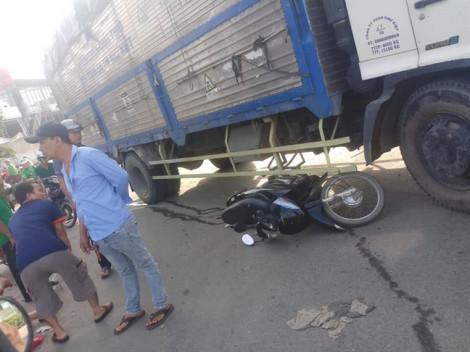 2 cô gái trẻ thoát chết thần kỳ khi bị xe container và xe tải tông