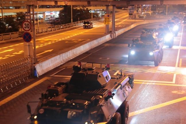 Quan doi Trung Quoc tien vao Hong Kong
