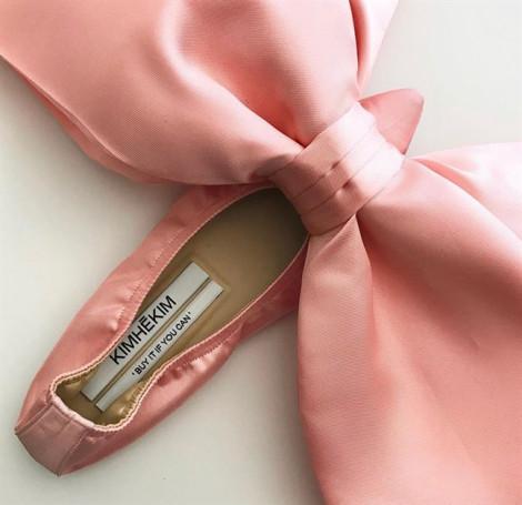 Mẫu giày thắt nơ rườm rà giá 55 triệu đồng gây tranh cãi