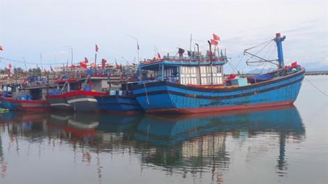 Hàng chục tàu thuyền nằm trong tâm bão hiện chưa thể liên lạc