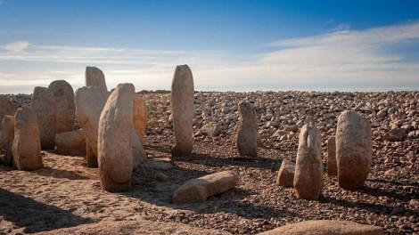 Mộ đá cổ 6.000 năm tuổi bỗng trồi lên do hạn hán